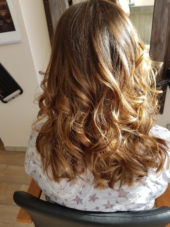 Cheveux bouclés long - Votre salon de coiffure - Coiffure à l'image
